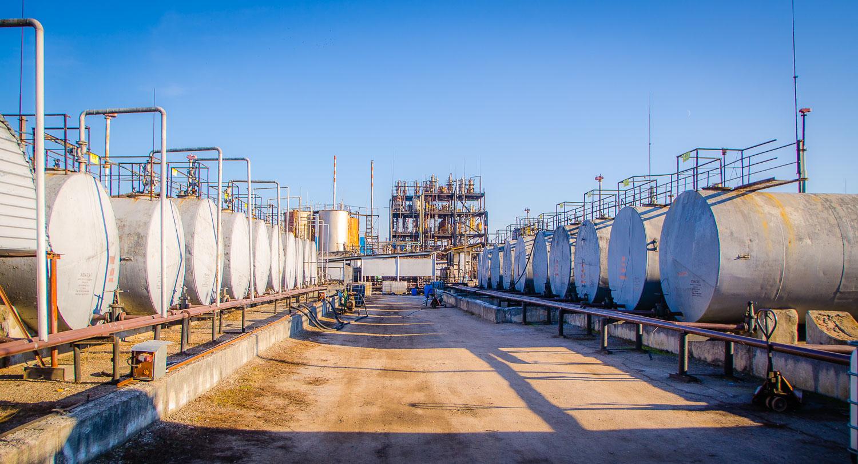 Склад зберігання легко займистих речовин ємністю 650 тонн. Ємності для зберігання сировини повірені органами ЦСМ і забезпечують надійне збереження навколишнього середовища від забруднення.